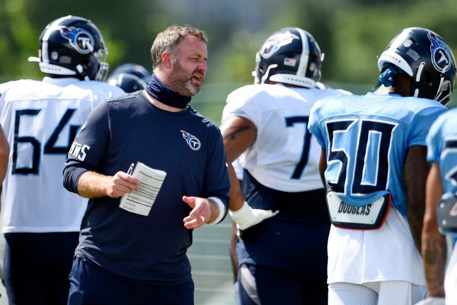 Titans practice showing coaches not wearing masks.
